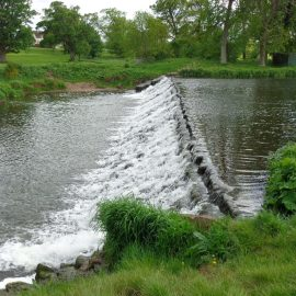 Weir with fish pass